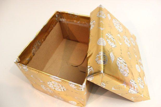 по отдельности оклейте крышку и основную часть коробки декоративной бумагой