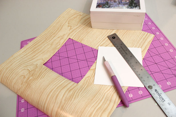 оклеиваем крышку, как и нижнюю часть нашей будущей коробки, цветной бумагой