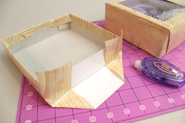 Вот таким образом складываем и закрываем края бумаги с тыльной стороны