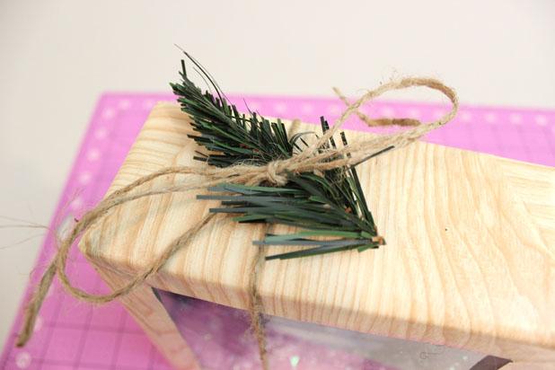 Завязываем коробочку веревкой, добавляем декоративный штрих в виде искусственной еловой веточки
