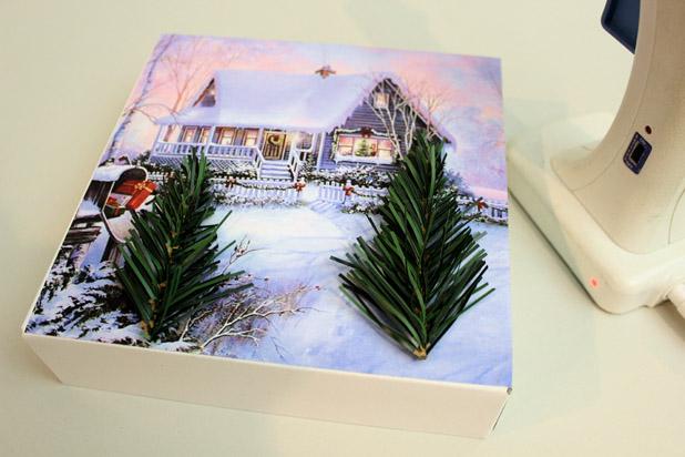 приклейте горячим или универсальным клеем искусственные еловые веточки на место елок на снимке