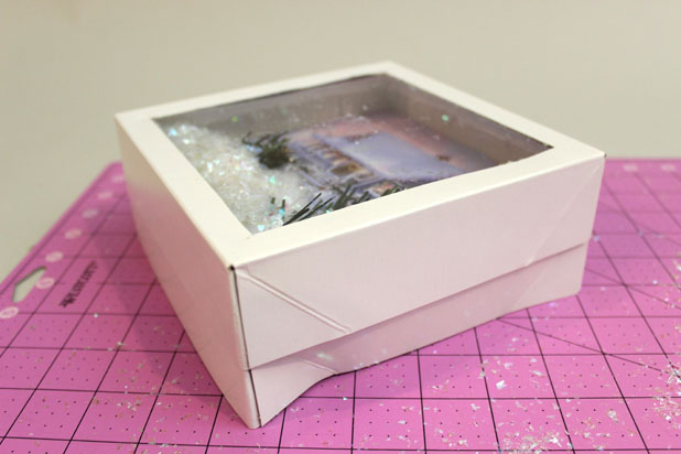 накройте диораму с конфетти готовой верхней крышкой с пластиковой вставкой