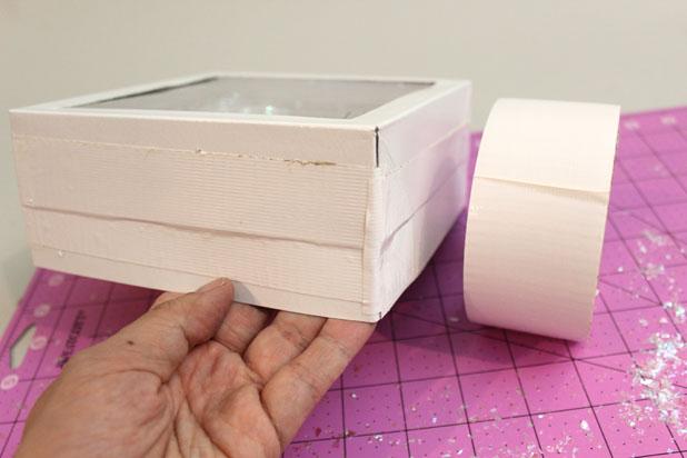 по бокам запечатывайте крышки липкой лентой, фиксируя их в заданном положении друг с другом