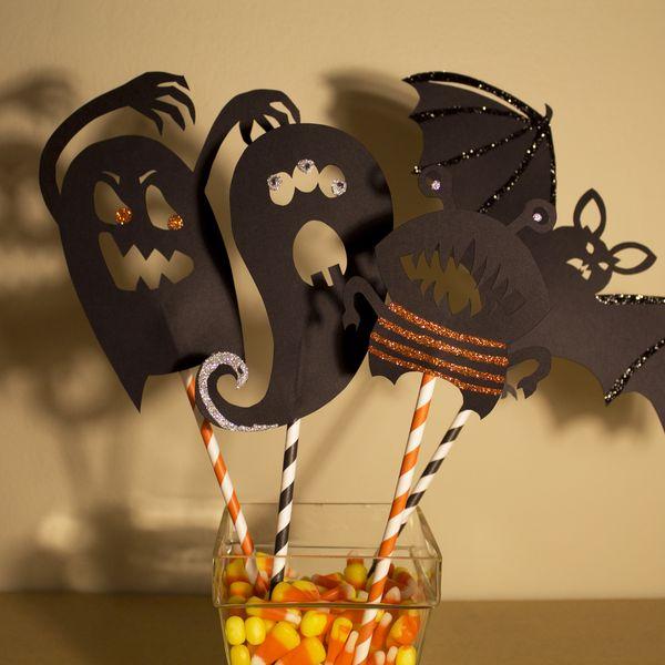 Как оформить дом зловещими тенями на Хэллоуин: инсталляция с теневыми куклами