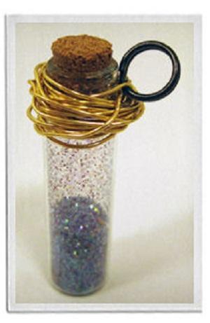 Используя кусок проволоки (тоже все еще цвета под золото) длиной примерно 92 см, хаотично накрутите ее на верхнюю часть бутылочки с блестками