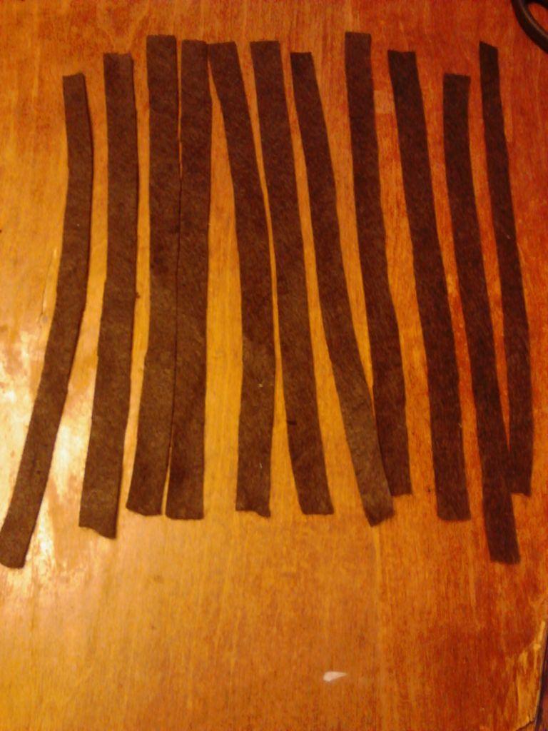 Берем темно-коричневый фетр и из него нарезаем как можно более длинных полосок шириной около 1,5-2 см