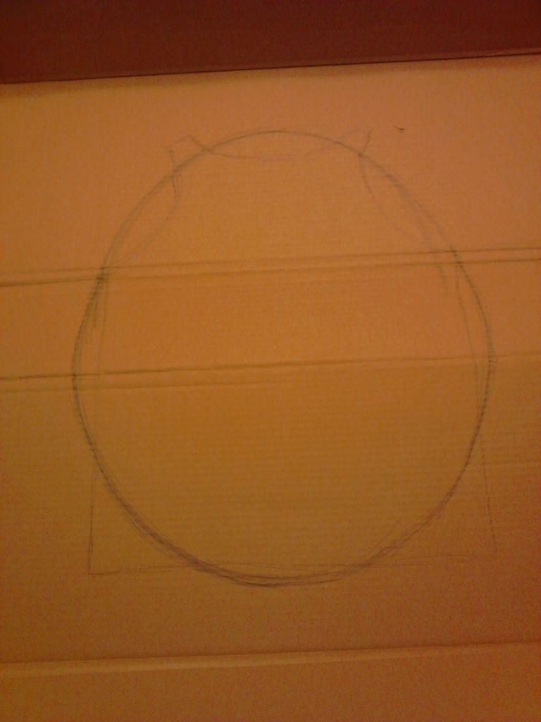 Берем выкройку для жилетки, кладем ее на плотный картон, обводим. От руки рисуем вокруг обведенного овал, как на снимке ниже – чуть выше и шире выкройки.
