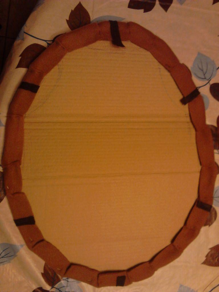 Начинаем по кругу загибать ткань на картон и формировать в складки – расстояние между складками около 5 см