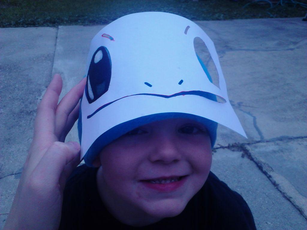Примеряем шапочку на ребенка, а сверху на нее накладываем распечатку, на глаз прикидываем или помечаем на шапочке, где должны быть глаза и рот