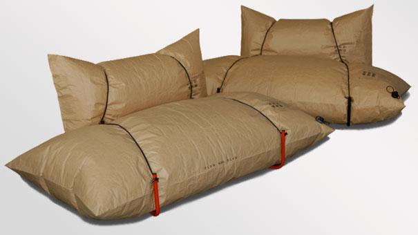 Надувной диван из бумажных мешков