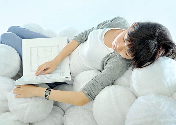 диван из подушек-мячиков, шаров