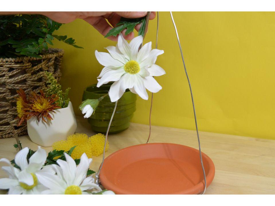 декорируйте кормушку для бабочек искусственными цветами