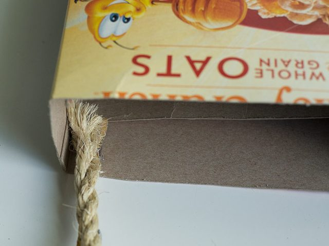 Ставим каплю клея на внутренний верхний край коробки – максимально близко к боковой плоскости коробки – и прижимаем к клею кончик сизалевой веревки
