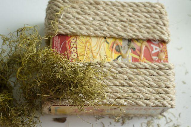 Клеим мох на все те места коробки с лицевой стороны, где еще видна, собственно, сама коробка