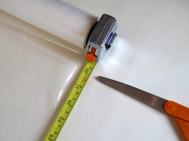 Чтобы все части меча светились как можно дальше в длину (и свет не рассеивался в самом начале меча), вставляем в них трубки, сложенные из вощеной бумаги