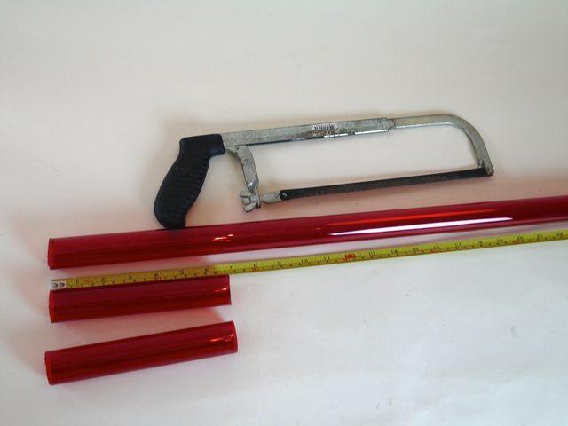 Оставшийся более короткий кусок помечаем на середине длины и снова распиливаем – получится 2 детали примерно по 18 см