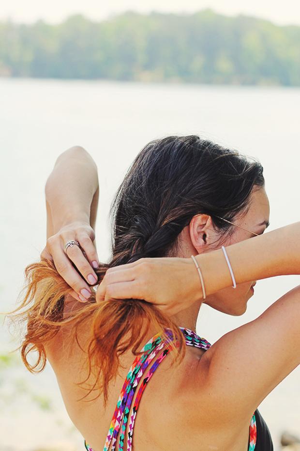 заплетите волосы с одной стороны на половину длины