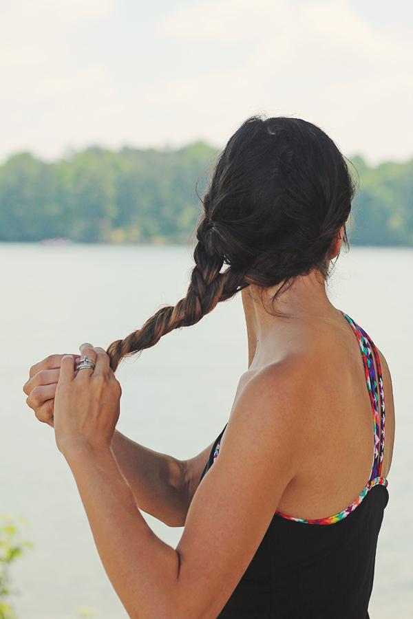 туго перекрутите косы и свободные волосы ниже них