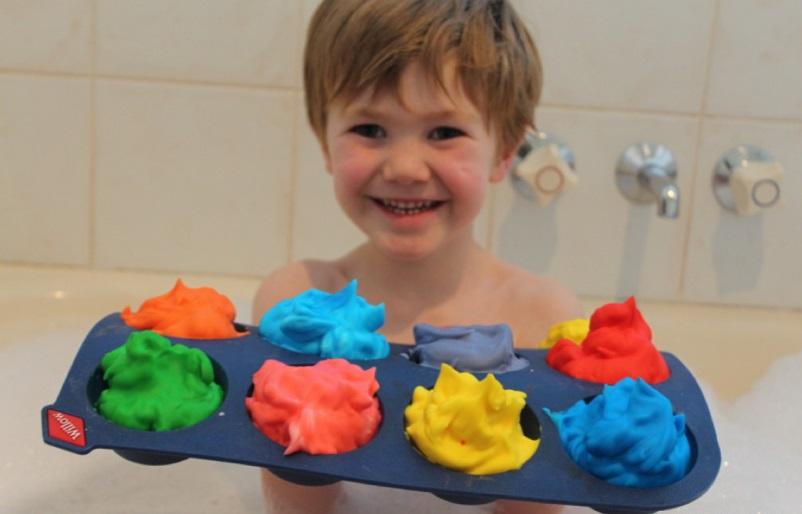 А теперь достаточно просто налить в ванну воду и отдать детям краски и кисточки