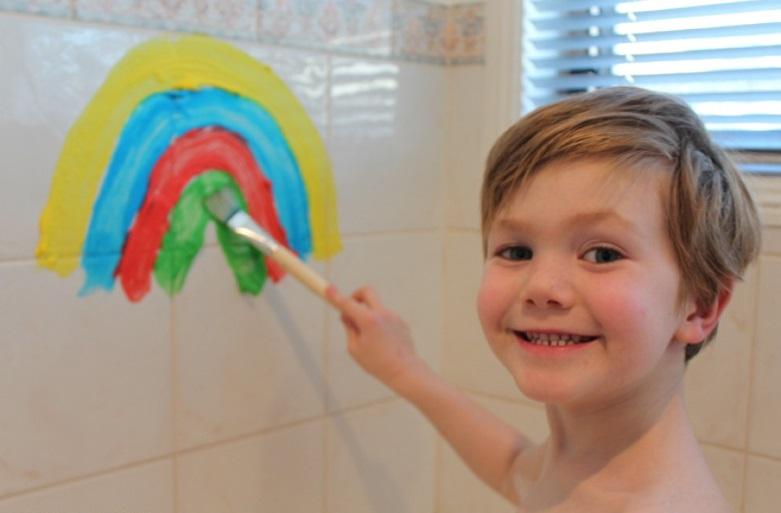 Мальчик рисует в ванной на стенах