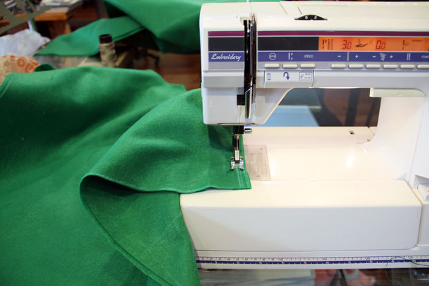 Возьмите меньшие детали для нижнего платья, сложите их лицевыми сторонами и прошейте на машинке по линиям плеч и по бокам
