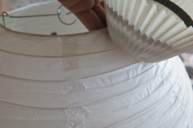 Прижимайте формочки к фонарику как можно плотнее, но обязательно поддерживая стенку фонаря изнутри