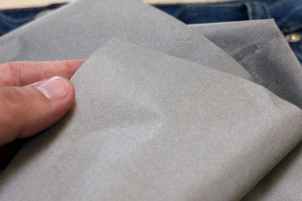 Для этого вам надо просто проложить карман брюк (или другой подходящей одежды) специальной тканью с мелким металлическим плетением в ней