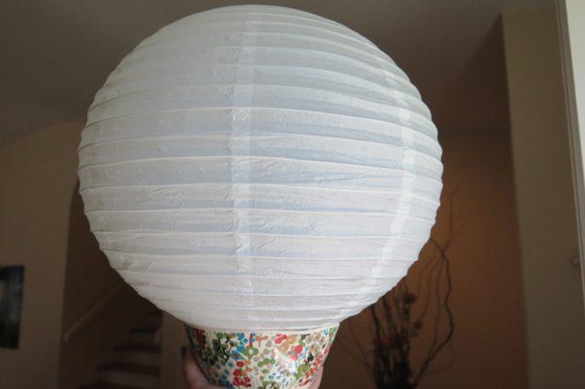 Поставьте сам фонарик строго вертикально на миску: это придаст ему устойчивости для дальнейшей работы