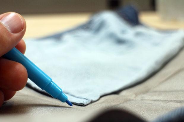Маркером для ткани или чем угодно еще (от ручки до мелка или заостренного кусочка мыла) обводим карман на токопроводящей ткани