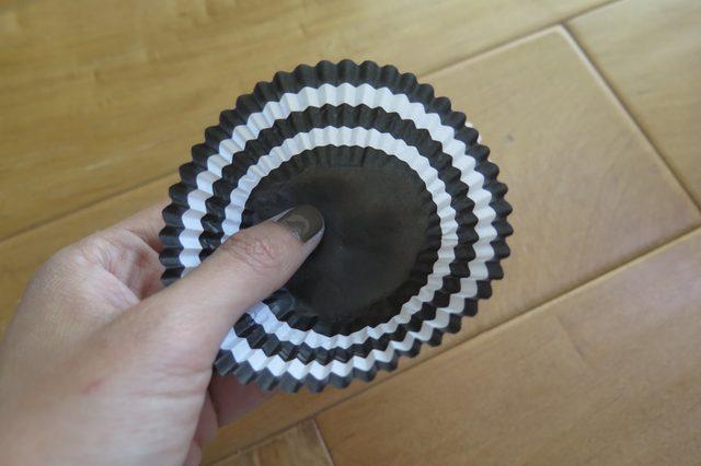 Бумажные формочки для кексов стандартного размера выворачиваем дизайном внутрь