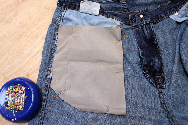 Кладем по одной вырезанной детали из материала на каждую сторону кармана, закрывая последний токопроводящей тканью полностью. Булавками скалываем оба слоя ткани и карман вместе, чтобы все отлично держалось, где положено.
