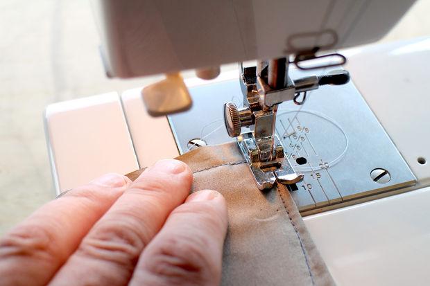 По периметру с отступом от края в 1,5-2 см сшиваем края кармана и оба куска токопроводящей ткани, где получится
