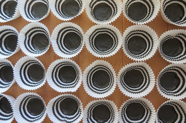 подготовьте сдвоенных формочек для кексов в достаточном количестве для двух рядов на фонарике