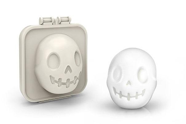 «Egg-A-Matic», форма «Skull Egg Mold» от Fred - пресс в форме черепа для яиц