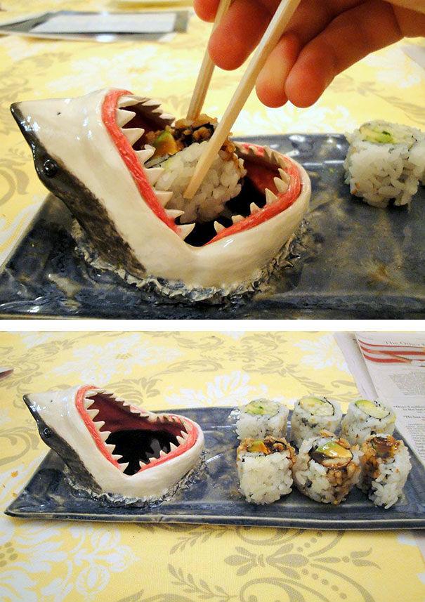 пиала для соевого соуса: акула будто съедает ваши морепродукты. «Shark Sushi Plate» от AviCeramics
