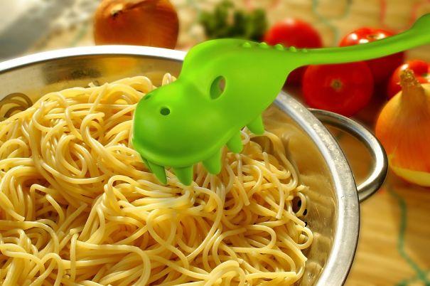 Дракончик-ложка, с аппетитом «кушающий» ваши макароны