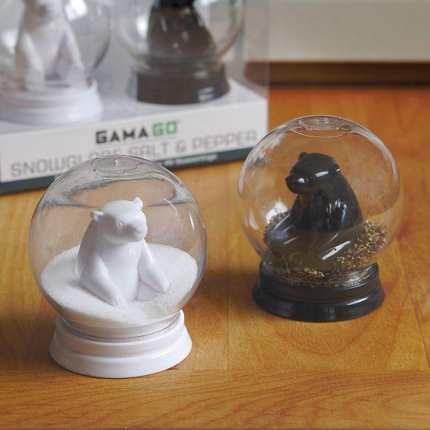 А это солонка (белый мишка в «снегу») и перечница (бурый мишка на «гальке»)