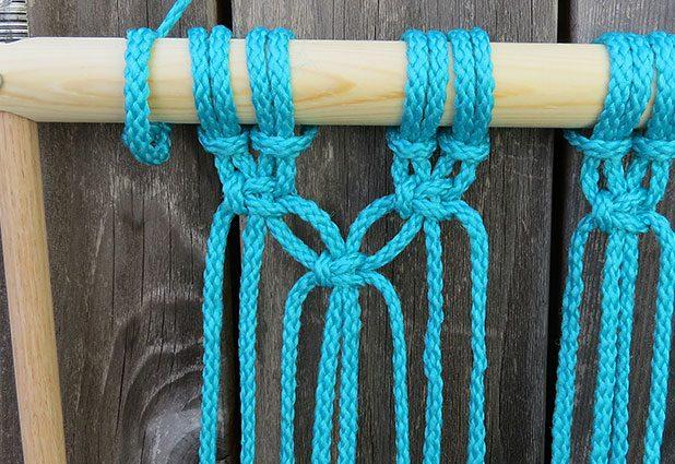 Второй ряд узлов вяжем точно также – стараясь сделать их как можно ровнее относительно друг друга – только на этот раз отступаем слева 2 веревки, т. е. оставляем их висеть свободно