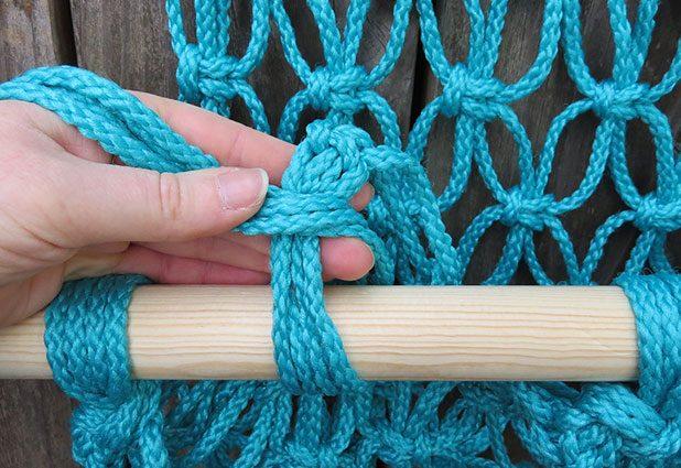 берите веревки по 4 штуки и такие пучки по очереди оборачивайте вокруг нижней палки рамки, завязывая затем узел