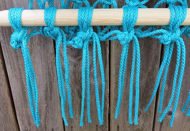 Лишнюю длину веревок обрежьте, оставив под креслом-гамаком внизу красивую ровную и длинную бахрому