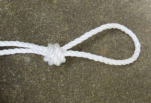 Сложите кусок пополам и в сантиметрах 10 от верха завяжите узел, образуя петлю