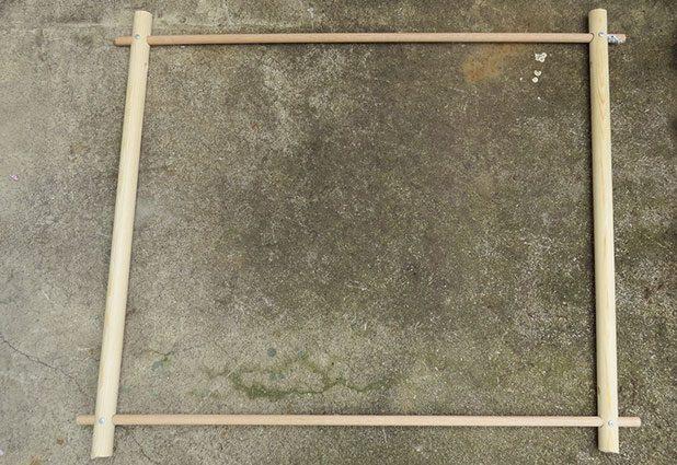 Сделайте квадратную раму для кресла-гамака-качелей, вставив палочки диаметром 1,6 см в соответствующие отверстия в 2-х более крупных деревянных палках