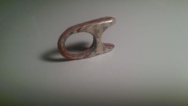 покрываем готовое кольцо и газет прозрачным или цветным (полупрозрачным или непрозрачным) лаком для ногтей или мебельным лаком