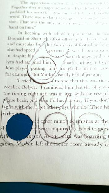 Надо много раз обвести шаблон на сложенной втрое бумаге – детали должны быть ровными, поэтому более 3-х слоев стопкой за 1 раз не вырезайте – и потом вырезать детали