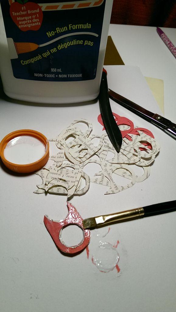 Ровным слоем наносим немного клея на каждую деталь, затем склеиваем детали стопкой
