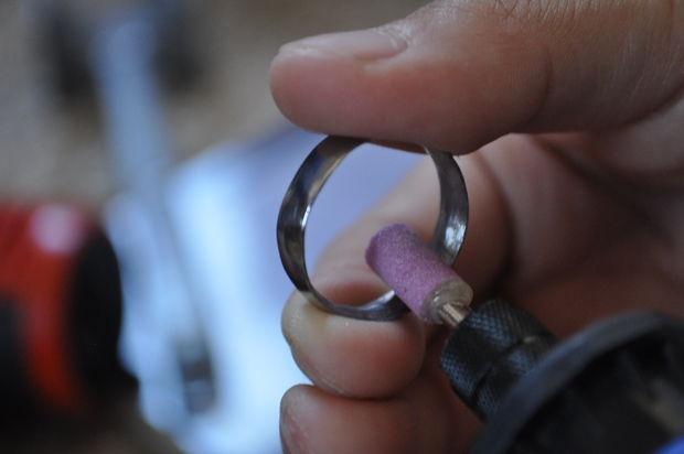 Разглаживаем внутренние края кольца, используя мелкозернистую насадку на роторный инструмент