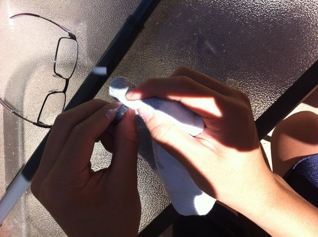 Тщательно вотрите кремовую полироль во все кольцо. Чистой тряпочкой сотрите полироль.