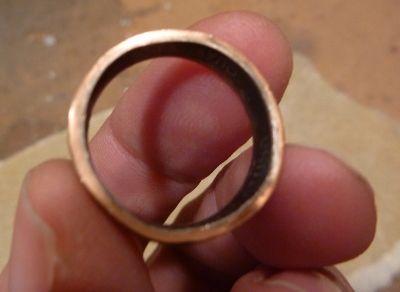 чтобы кольцо было удобно носить, наждачкой 220-300 грит немного скруглите внутренние края кольца сверху и снизу