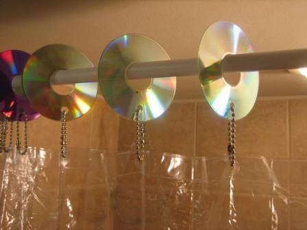 креативно использовать ненужные CD-диски: держатели для шторки в ванной