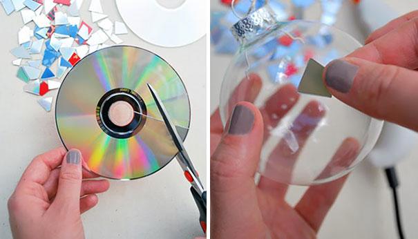 креативно использовать ненужные CD-диски: прозрачные елочные шары, украшенные кусочками